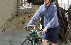 Хью Лори, играющий роль доктора Хауса в одноименном сериале, со своим велосипедом. Фото с сайта fanpop.com